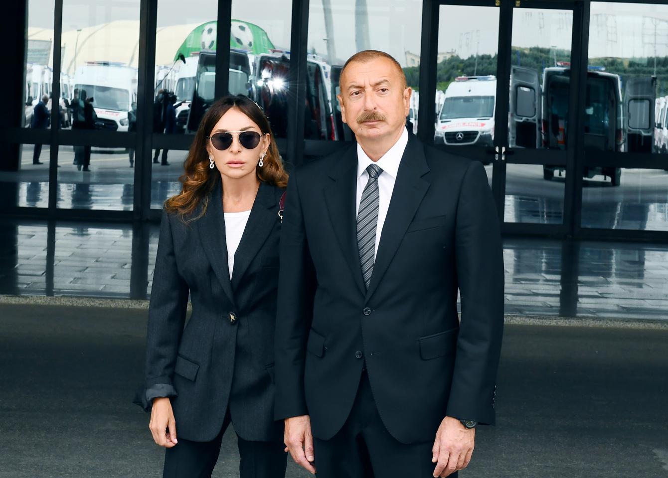 Prezident və birinci vitse-prezident yeni gətirilən təcili yardım avtomobilləri ilə tanış olublar